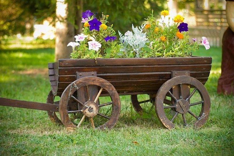 могут быть фотосессии на телеге в саду смотрятся